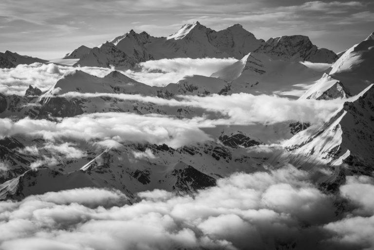 Dom des Mischabels en noir et blanc - Mer de nuages sur les massifs montagneux des sommets es Alpes Valaisannes proche de Crans Montana