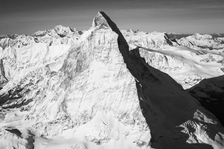 Cervin face est - photo noir et blanc du mont Cervin et de la montagne ensoleillée - arrête suisse du Hornli