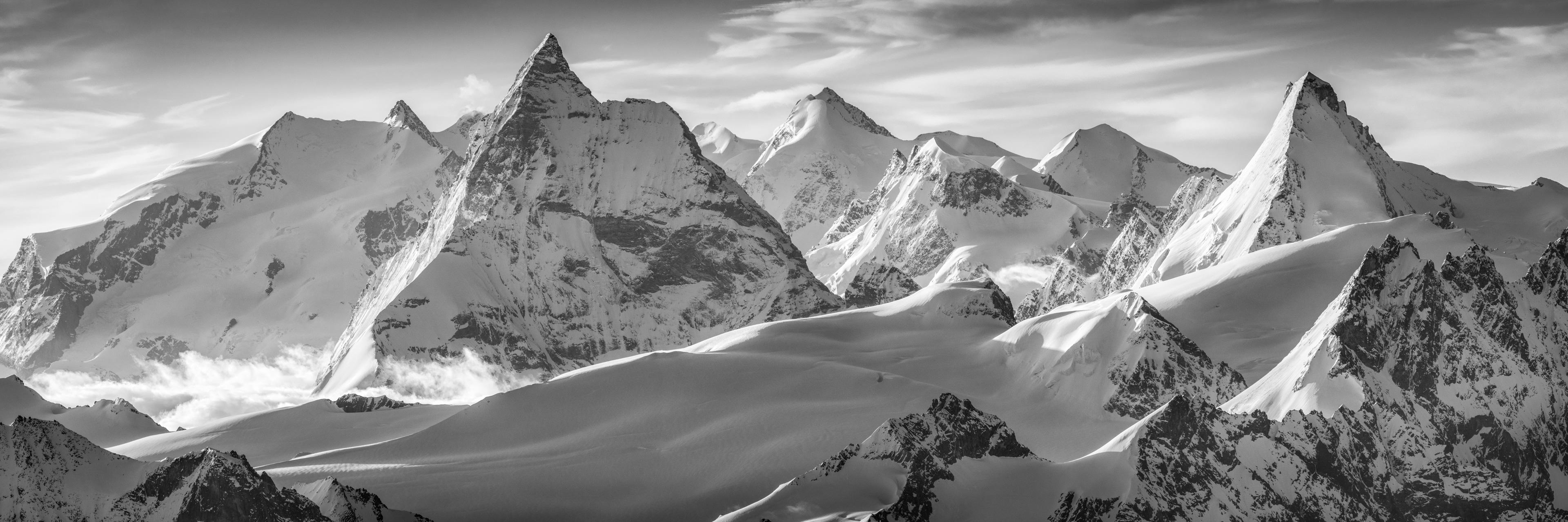 Panorama Montagne Zermatt en noir et blanc - Photo aérienne en hélicoptère dans les Alpes Valaisannes - Crans Montana