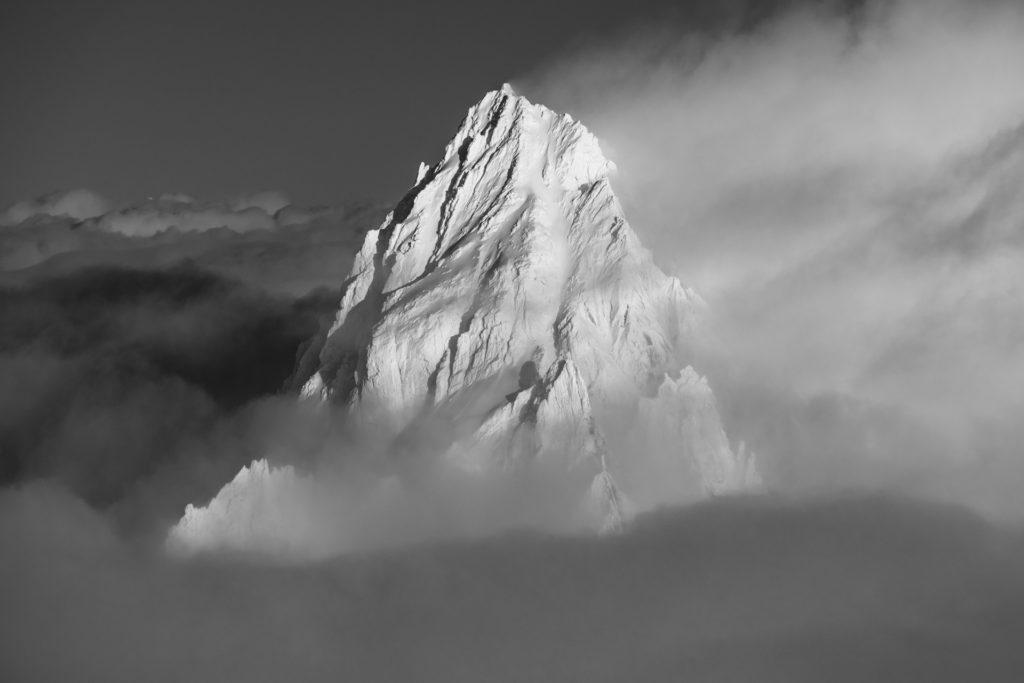 photo montagne noir et blanc chamonix - Aiguille du Chardonnet noir et blanc dans les nuages et le brouillard