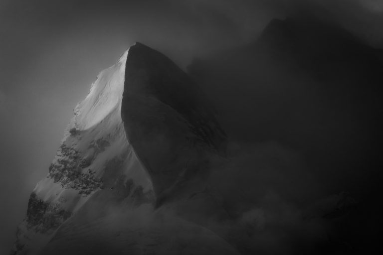 Verschneiter Gipfel in einem Wolkenmeer - Schnee und Sonne Bergmassiv in schwarz und weiß - Aiguille du Croissant - Grand Combin de Verbier
