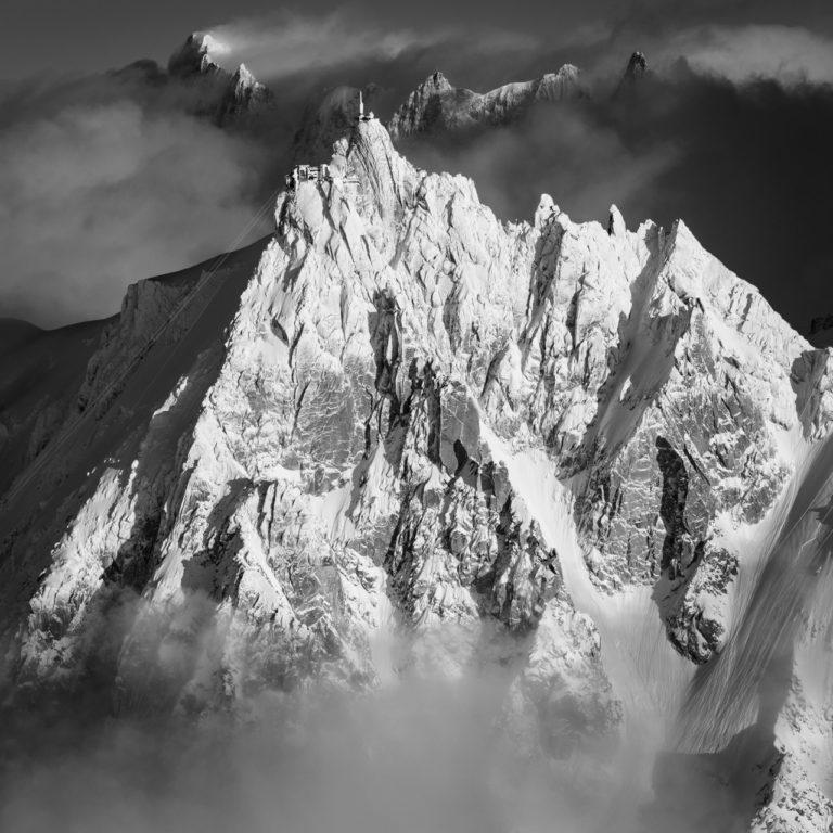 Image noir et blanc d'un paysage de montagne - Pic de montagne et sommet de montagne rocheuse dans les Alpes - Aiguille du Midi - Grandes Jorasses