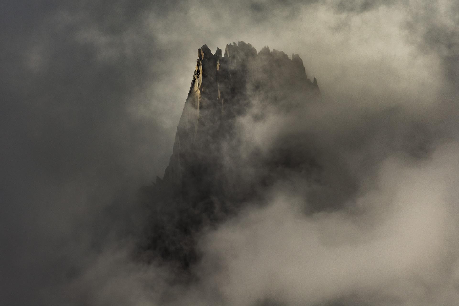 Photo aiguille du peigne dans les nuages - Mont Blanc