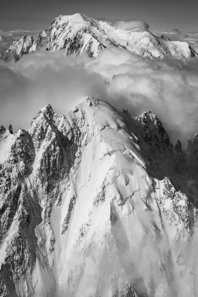 Aiguille verte Chamonix - Vertical Mont Blanc en vue panoramique de montagne noir et blanc