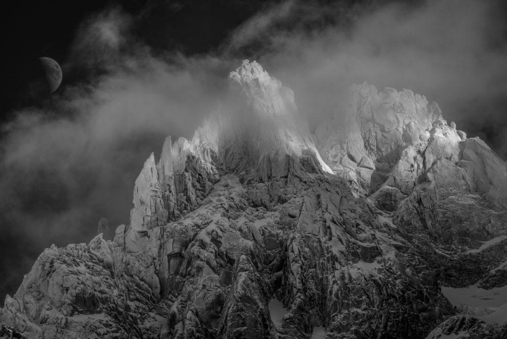 photo noir et blanc des aiguilles du midi Chamonix - Mont Blanc