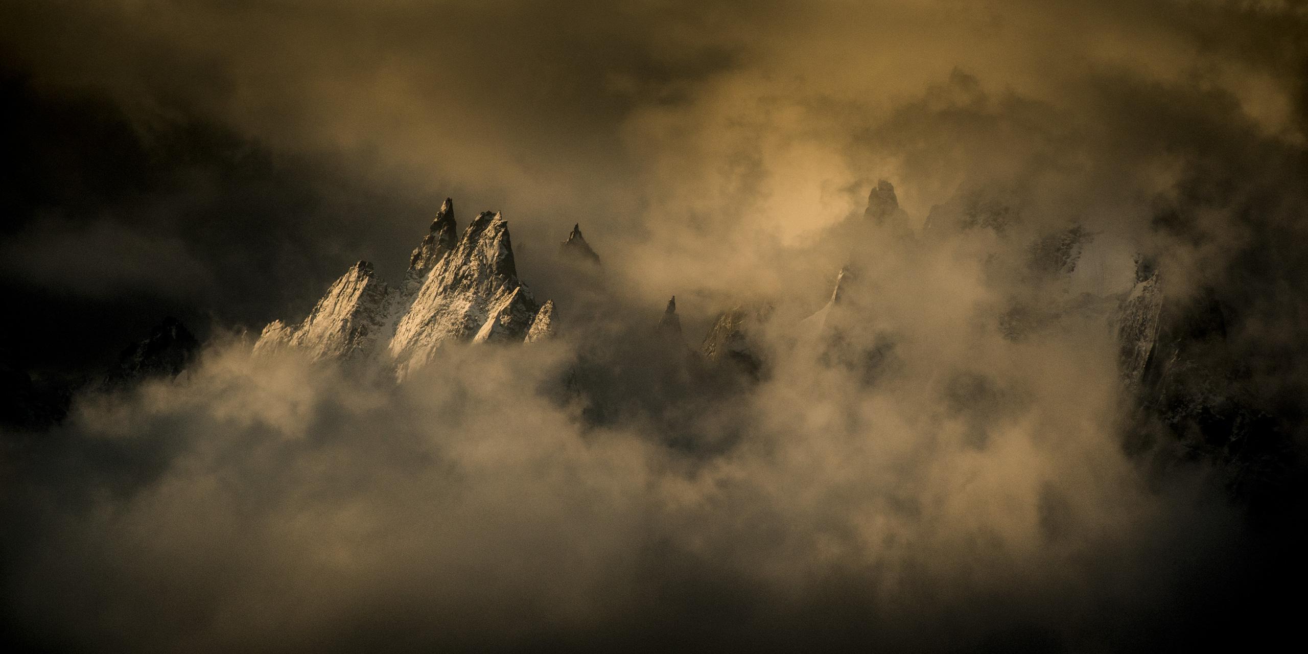 Aiguille de Chamonix dans les nuages - Mont-Blanc -