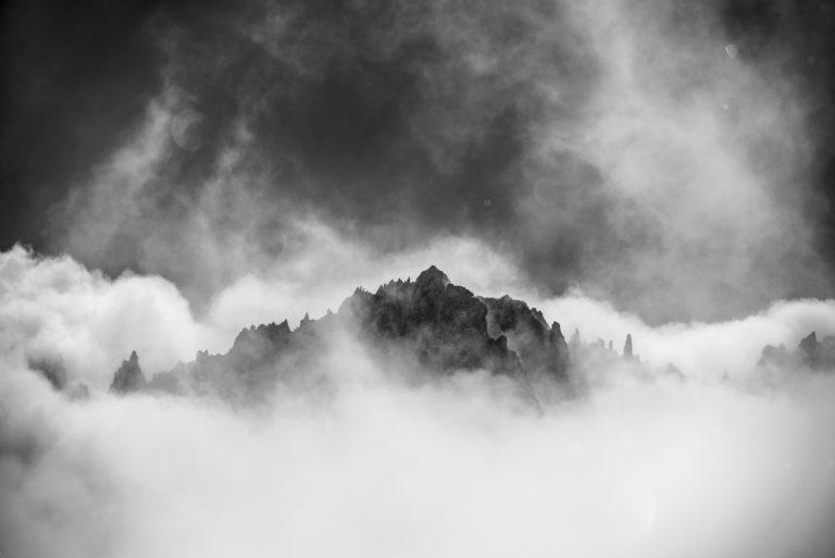 Massif du Mont Blanc Chamonix - Aiguilles rouges du Dolent dans une mer de nuage et de brouillard en montagne