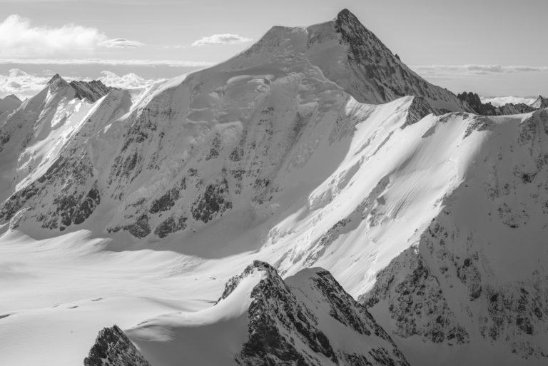 Aletschhorn - photo de montagne en neige et Randonneurs dans les Alpes Bernoises en Suisse