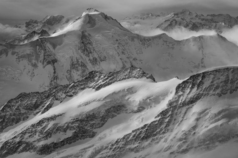 Aletschhorn - Image noir et blanc des montagnes suisses dans les Alpes Bernoises
