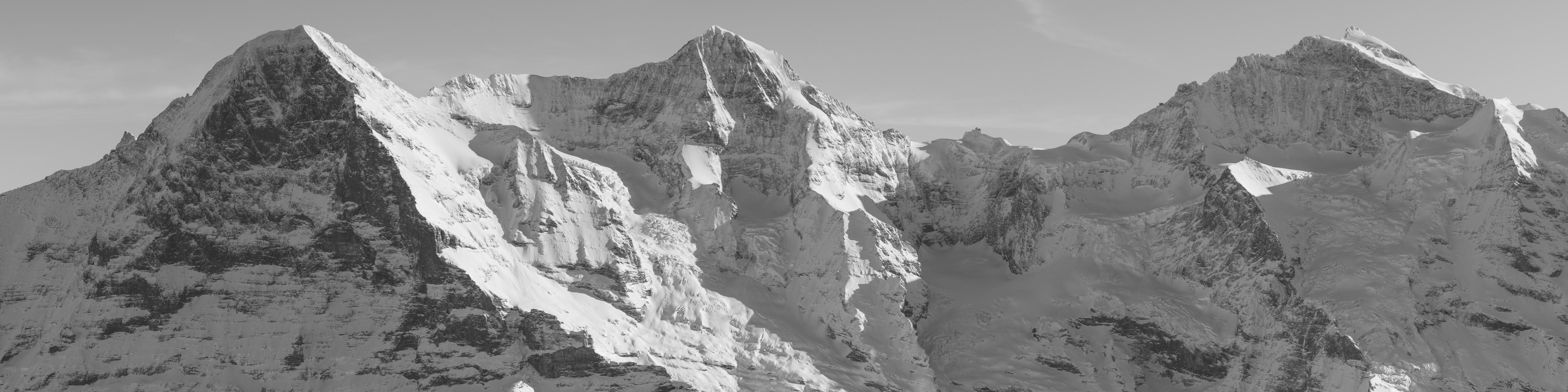 Panorama noir et blanc des Alpes Bernoises - Montagnes rocheuses en suisse