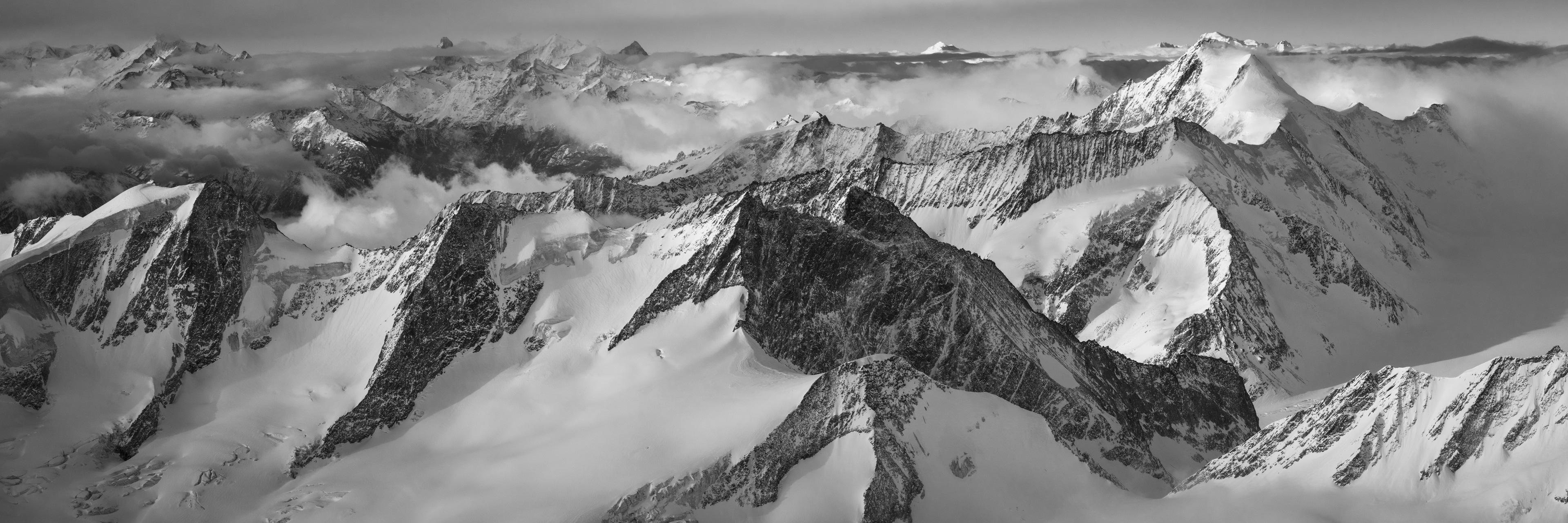 Photo panoramique de neige en montagne sur les sommets des Alpes et le Mont Blanc