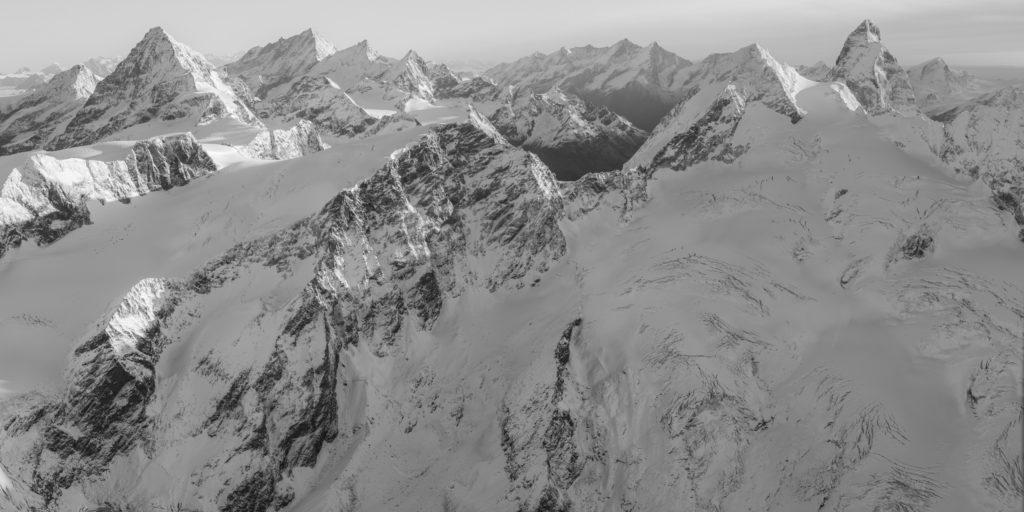 Vue panoramique noir et blanc du sommet des Alpes Valaisannes - Canton du Valais - Crans Montana - Val d'Anniviers