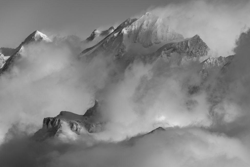 ambiance des montagnes noir et blanc dans les Alpes Bernoises en Suisse