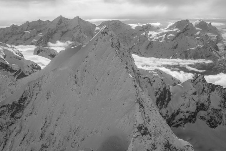 Arbengrat - Obergabelhorn - Vue en hélicoptère de l'Arrete de Montagne enneigée de Saas Fee