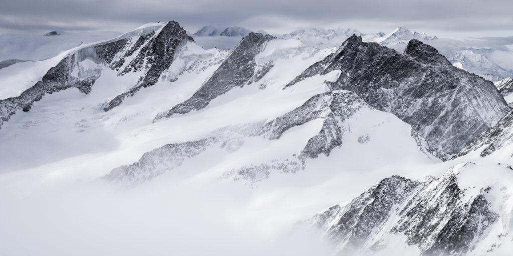 Photo montagne neige dans les Alpes bernoises - Dom des Mischabels et Monte Rosa- en noir et blanc - wannenhorn et le Fiescher Gabelhorn