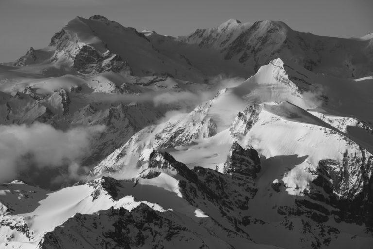 Brunegghorn - Brunegghorn - Mont Rose- Zermatt - Photo noir et blanc d'un sommet de montagne sous la neige et le soleil
