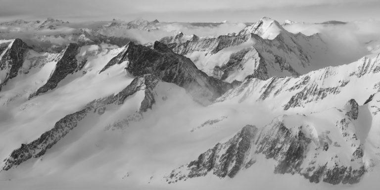 Glacier des Alpes Oberland - Photo panoramique des montagnes suisses bernoises en noir et blanc