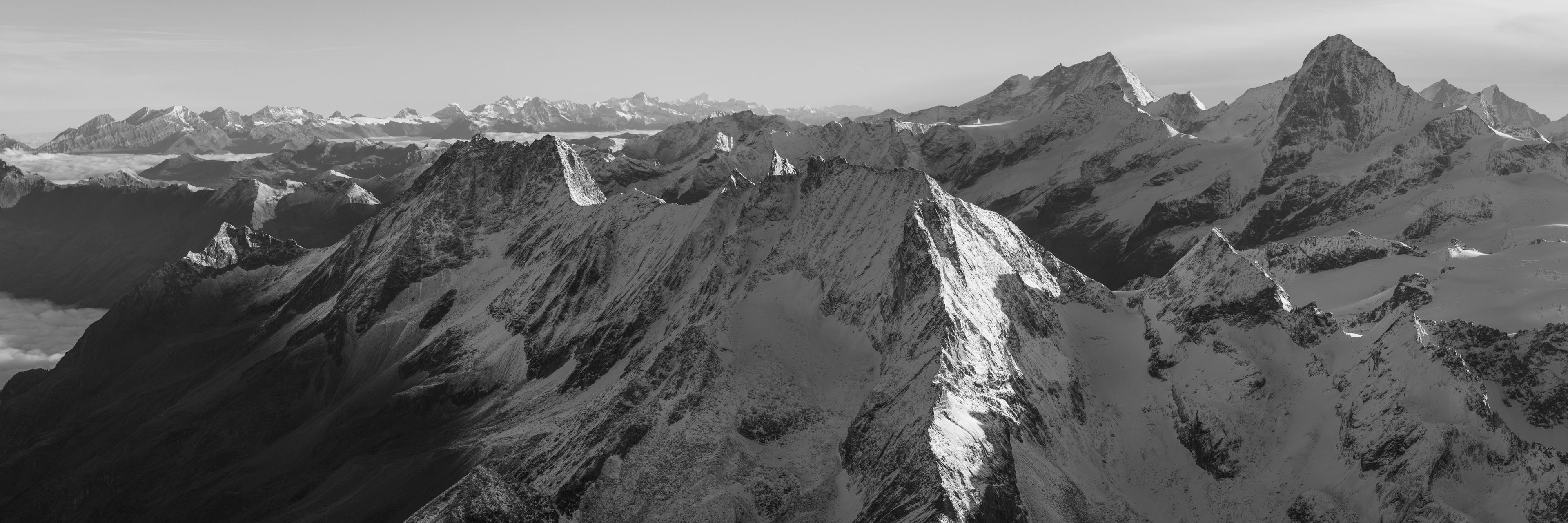 Vue panoramique noir et blanc du massif montagneux des Alpes Suisses Bernoises et Valaisannes