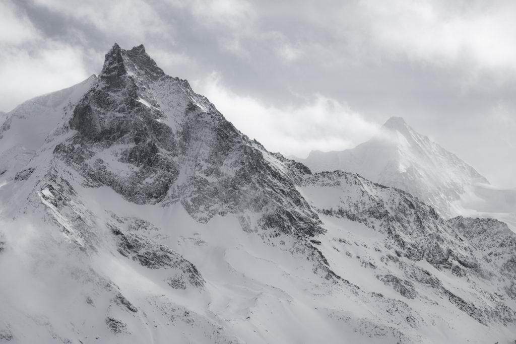 Besso - Obergabelhorn - Image de montagne rocheuse de Zermatt en noir et blanc