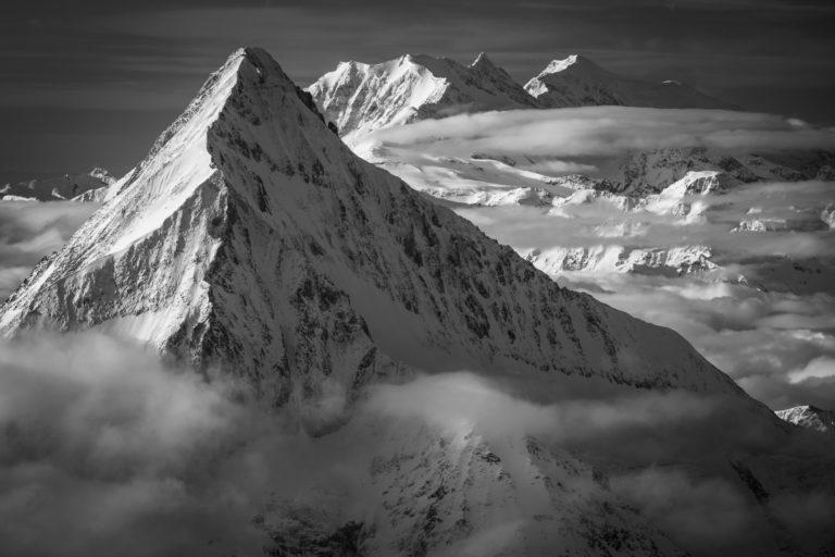 Bietschhorn - Photo noir et blanc du sommet du Loetschental et des montagnes de Saas Fee et Crans Montana dans les Alpes en Suisse