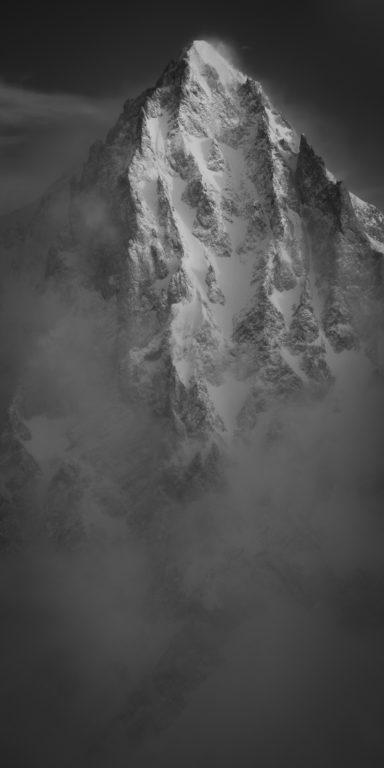 Bietschhorn - photo de montagne en noir et blanc après une tempête de neige sur les sommets des ALpes