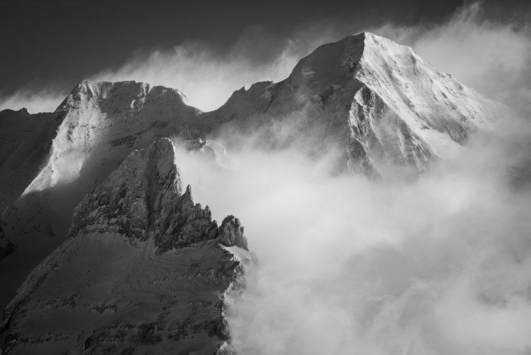 Blumlisalp - sommet des alpes Bernoises dans une brume de montagne en noir et blanc