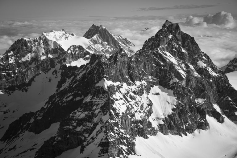 image d un paysage de montagne en noir et blanc - de Bouquetins, Dents de Bertol - Aiguille de la Tsa - Veisivi