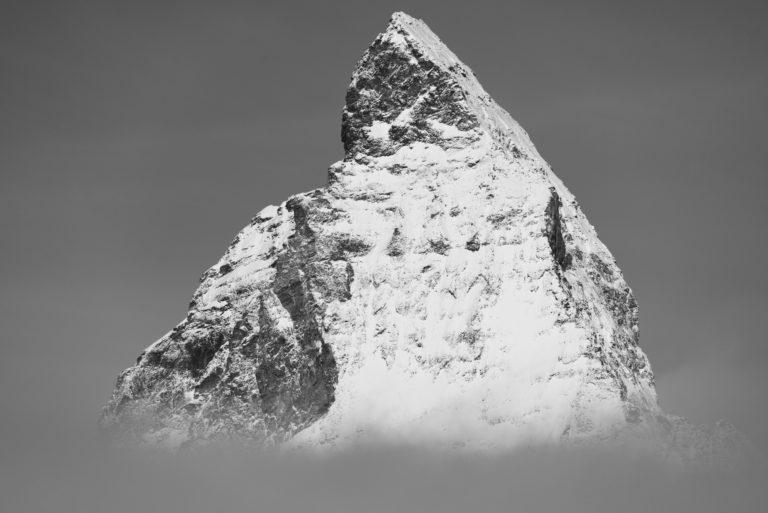 Pic du sommet de la montagne Mont Cervin en noir et blanc- La plus belle montagne des Alpes Valaisannes en Suisse noir et blanc