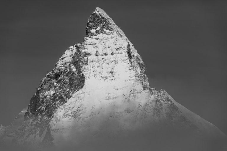 Photo Mont Cervin et du pic du sommet de la montagne dans les nuages en noir et blanc- La plus belle montagne des Alpes dans le canton du Valais en Suisse