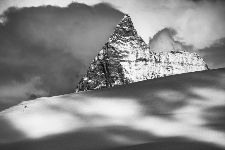 Mont Cervin - Image noir et blanc du mont cervin Matterhorn dépasse les Glaciers des Alpes Suisses du Valais