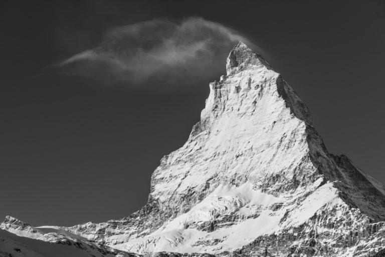 Le pic du Mont Cervin - SOmmet de montagne dans les nuages en noir et blanc