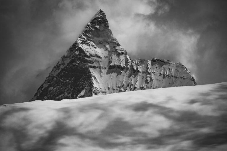 Mer de nuage et brouillard en haute montagne sur le mont cervin et les glaciers d'Arolla dans les Alpes Valaisannes de Crans Montana