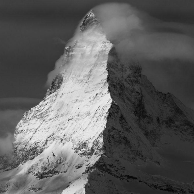 Cervin - Matterhorn - Zetmatt - Sommet de montagne rocheuse fumant de nuages dans les Alpes Valaisannes en Suisse