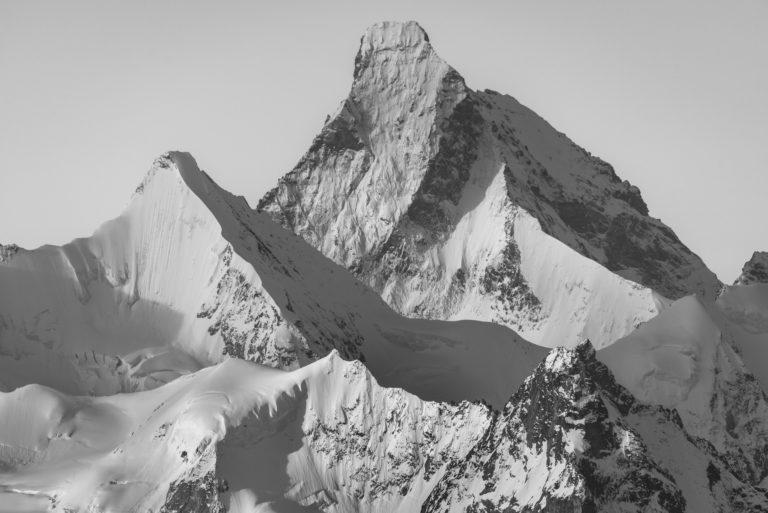 Cervin val d'Anniviers - photo de montagne en noir et blanc du sommet enneigée de l'Obergabelhorn