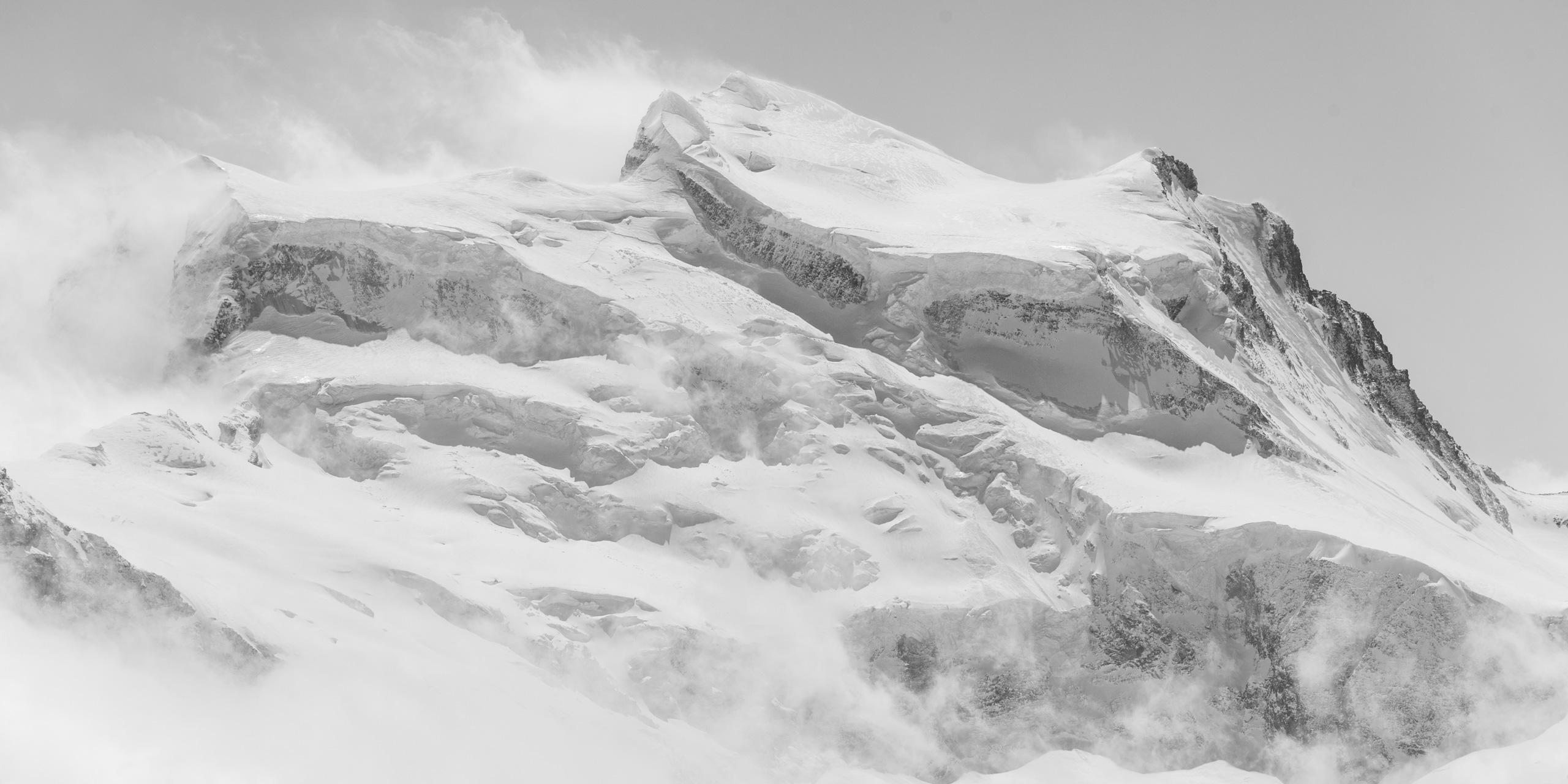 vue panoramique Combins - panorama de montagne noir et blanc