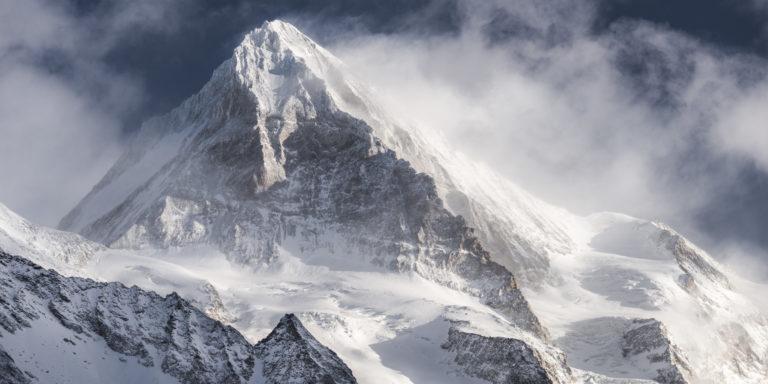 Dent Blanche - Sommet de la montagne rocheuse des Alpes dans une mer de nuage