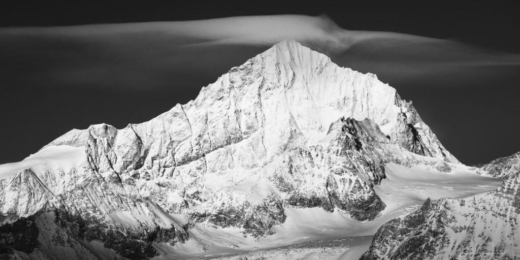 Dent Blanche Zermatt dans les nuages - image de montagne a imprimer en noir et blanc