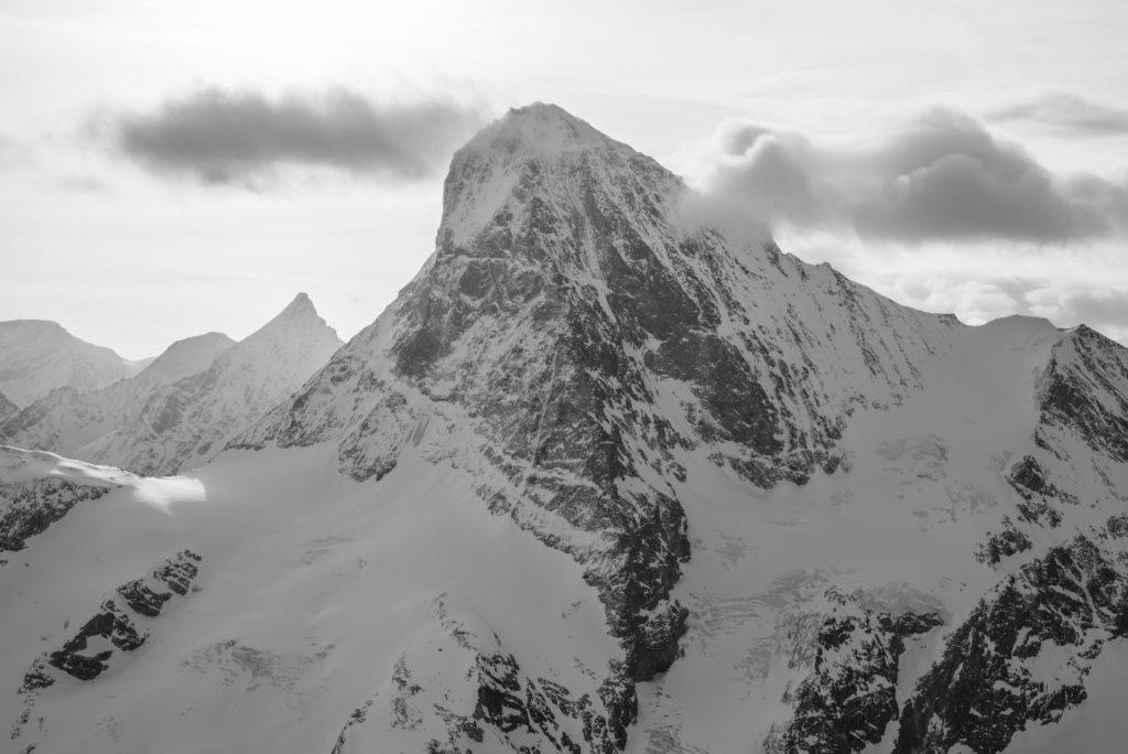 Dent Blanche - Photo noir et blanc du sommet d'un massif de montagne rocheuse et d'un bivouac en montagne dans les Alpes Valaisannes