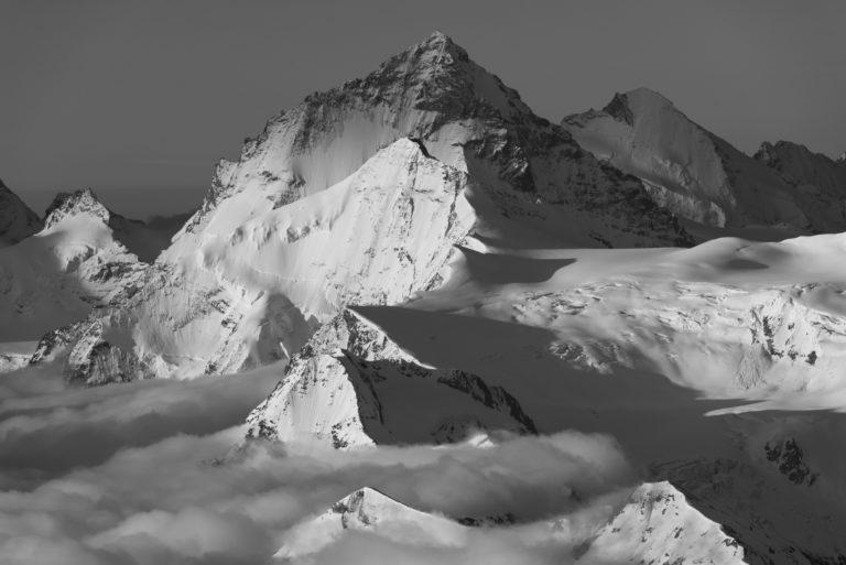 Dent Blanche - Grand Cornier et dent d'Hérens en photo noir et blanc dans une mer de nuage
