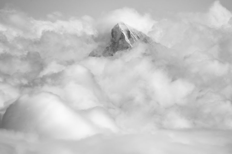 Les dents blanches alpes - Val d hérens - mer de nuage montagne en noir et blanc