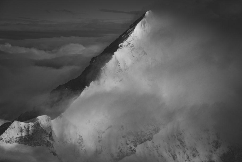 Photo paysage de montagne dans les nuages en noir et blanc - Dent Blanche
