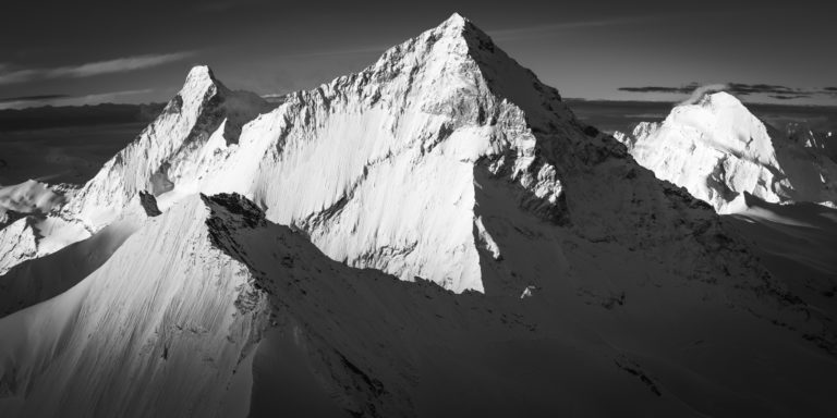 Encadrement photo professionnel du Mont Cervin et de la dent blanche dans les alpes en noir et blanc