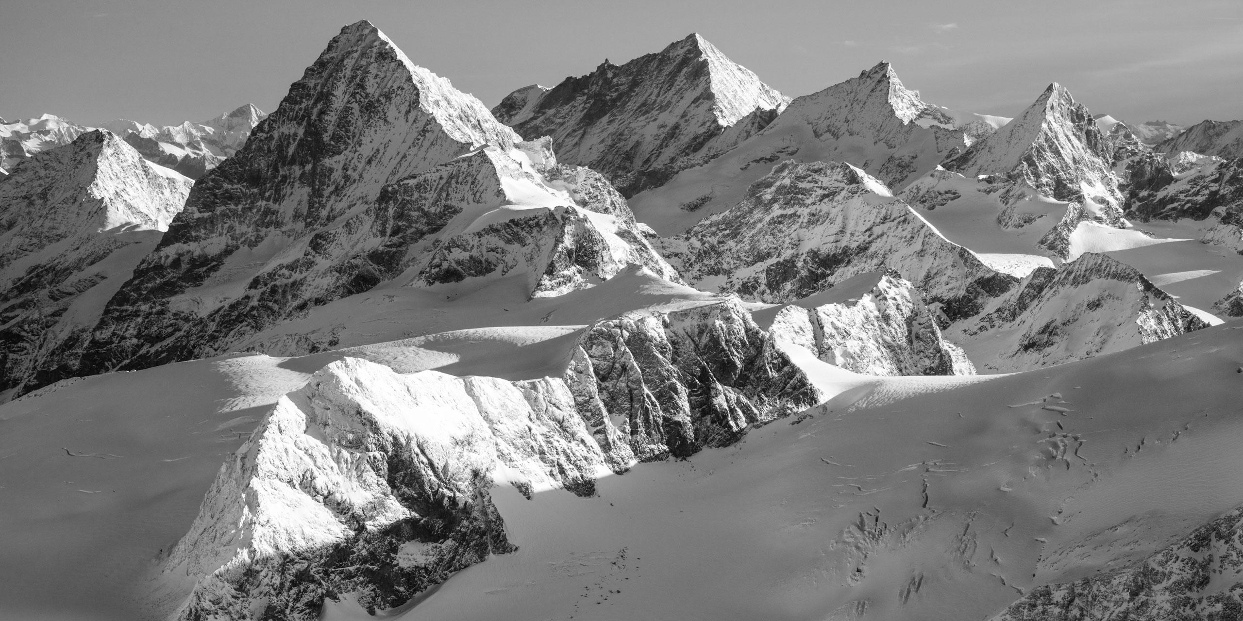 Photo de neige en montagne noir et blanc - Tirage photo à encadrer en vue panoramique - photo de montagne à vendre - Dent Blanche - Weisshorn - Zinalrothorn - Obergabelhorn