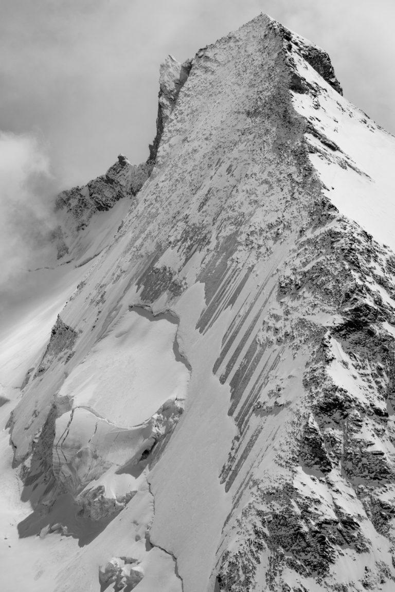 Chamonix-Zermatt - Image de paysage de montagne en noir et blanc de la Dent d'Hérens depuis la tête blanche dans les Alpes en Suisse