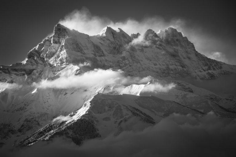 Lever de soleil sur la montagne des Dent du Midi - Photo noir et blanc du soleil en montagne dans les Alpes Vaudoises et portes du soleil