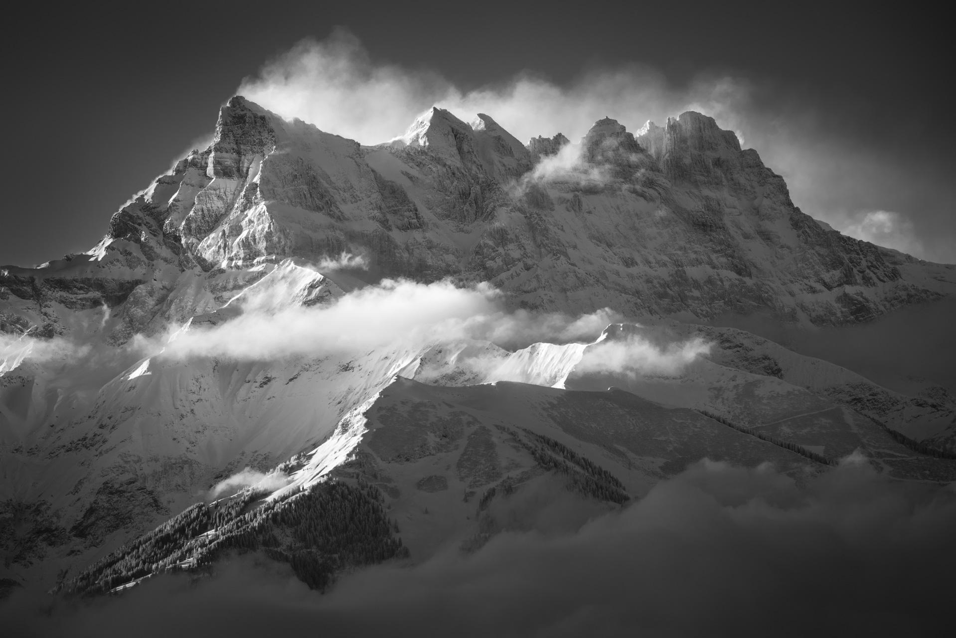 Lever de soleil sur la montagne des Dent du Midi - Photo noir et blanc du soleil en montagne dans les Alpes Vaudoises et portes du soleil - montagne photo - photo montagne grand format - cadre photo montagne noir et blanc - photo montagne alpes