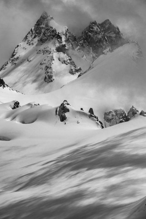 Dents de Bertol - photo de montagne en neige en noir et blanc sur les pistes de ski