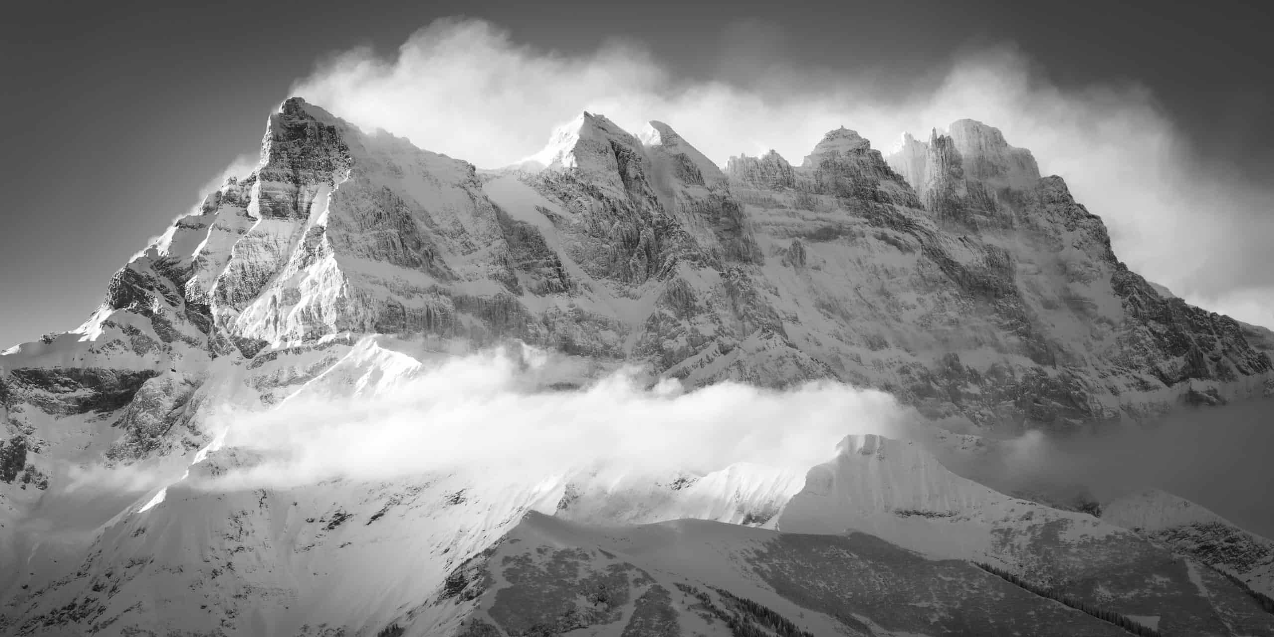 image panoramique noir des montagnes Suisses des Dents du Midi en noir et blanc