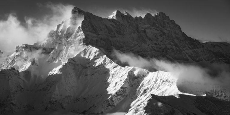 Massif montagneux des Dents du Midi en noir et blanc - image montagne enneigée sous le soleil