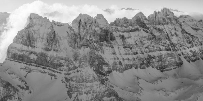 Vue panoramique montagne noir et blanc des dents du midi, sommet des Alpes